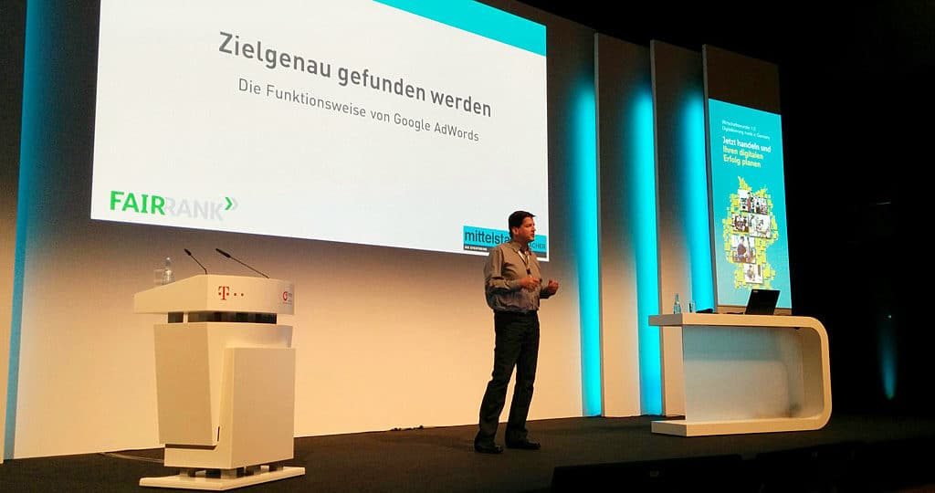 """Online-Marketing-Trainer Nikolaus Herbert auf der Bühne bei """"mittelstand DIE MACHER"""" in Stuttgart"""