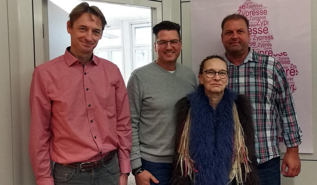 Trainer Nikolaus Herbert und das Team nach bestandener Prüfung