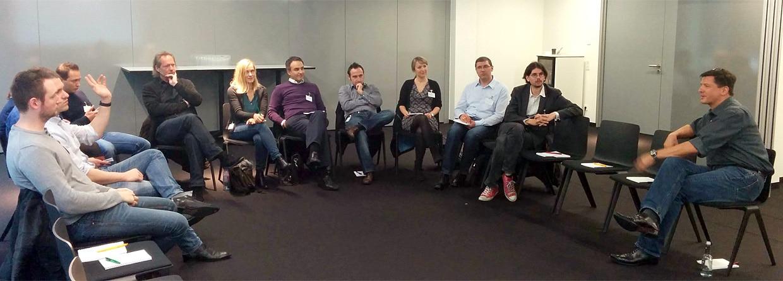 Online-Marketing-Spezialiszt Nikolaus Herbert im Austausch mit Teilnehmern
