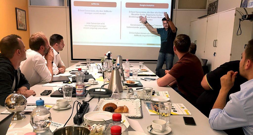 Online-Marketing-Spezialist Nikolaus Herbert trainiert die Verkäufer von .wtv in Stuttgart