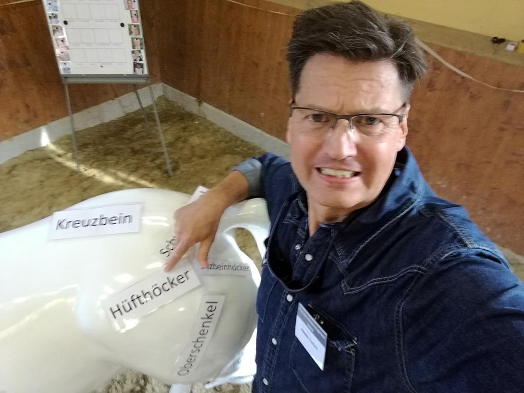 Sales-Trainer Nikolaus Herbert versucht, die Körperteile beim Pferd zu benennen